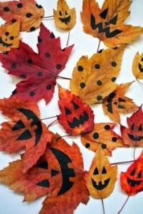 Le foglie autunnali sono delle ottime decorazioni, naturali e a basso costo: potrai disegnarle come preferisci con un pennarello nero indelebile e si trasformeranno in un mostro spaventoso!