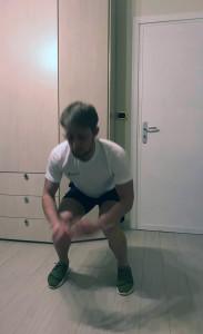 Dalla posizione di squat, diamo una bella spinta verso l'alto e facciamo un salto. Atterriamo di nuovo nella posizione di squat iniziale.